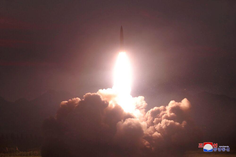 Lançamento de um míssil durante testes a partir de um local desconhecido na Coreia do Norte (foto da agência KCNA, publicada em 7 de agosto de 2019)