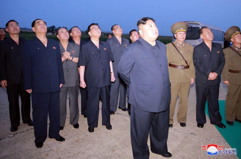 Kim Jong-un, líder da Coreia do Norte, durante os lançamentos de mísseis