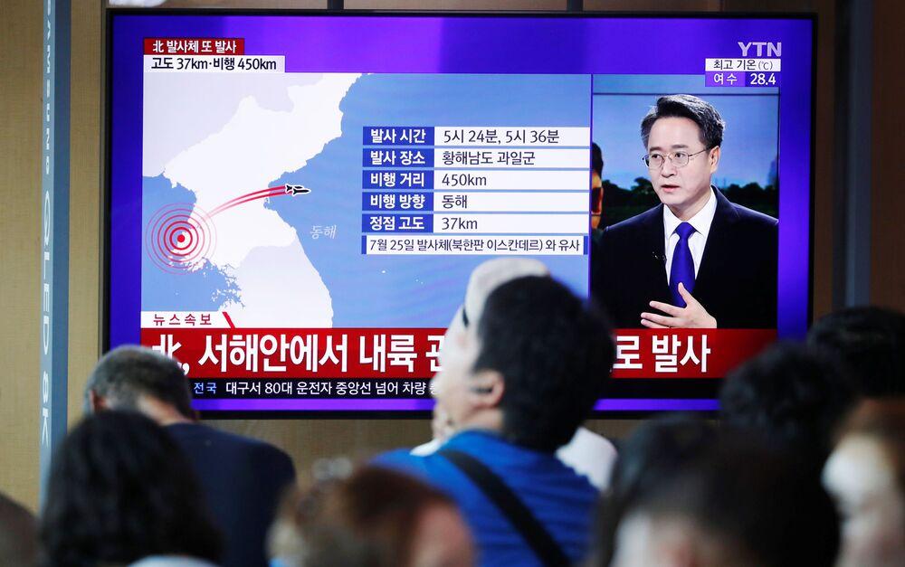 Habitantes de Seul vendo a transmissão do lançamento de um míssil norte-coreano