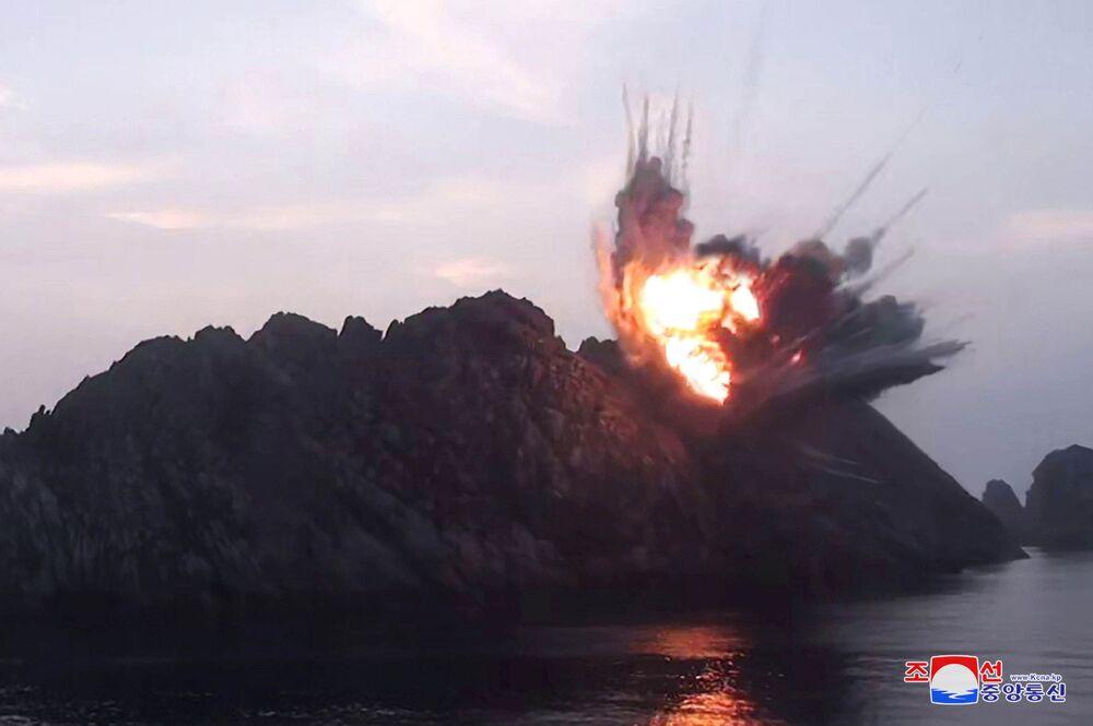 Explosão de alvo durante os testes de mísseis em um local desconhecido na Coreia do Norte (foto da agência KCNA, publicada em 7 de agosto de 2019)