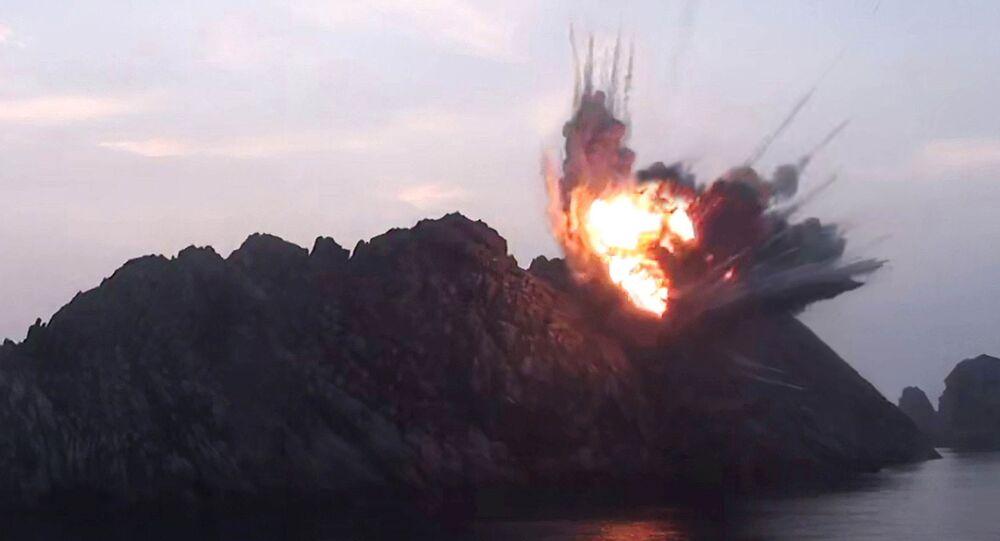 Explosão de alvo durante os testes de mísseis em um local desconhecido na Coreia do Norte (foto da agência KCNA)