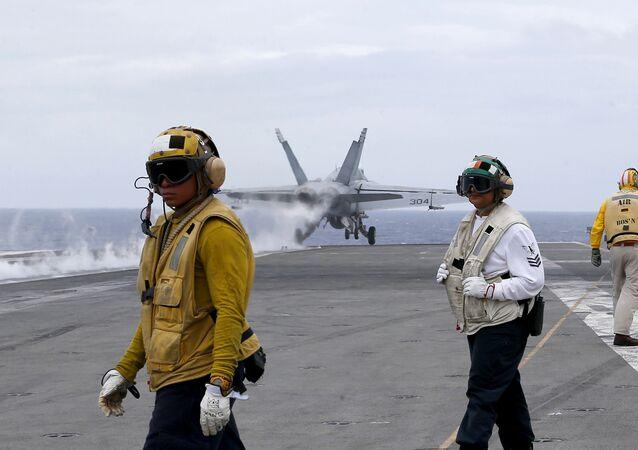 Caça estadunidense decola do porta-aviões USS Ronald Reagan para patrulhar águas internacionais perto do mar do sul da China