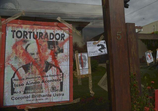Protesto em frente à casa  do coronel reformado Carlos Alberto Brilhante Ustra, chefe do antigo DOI-CODI, em março de 2014