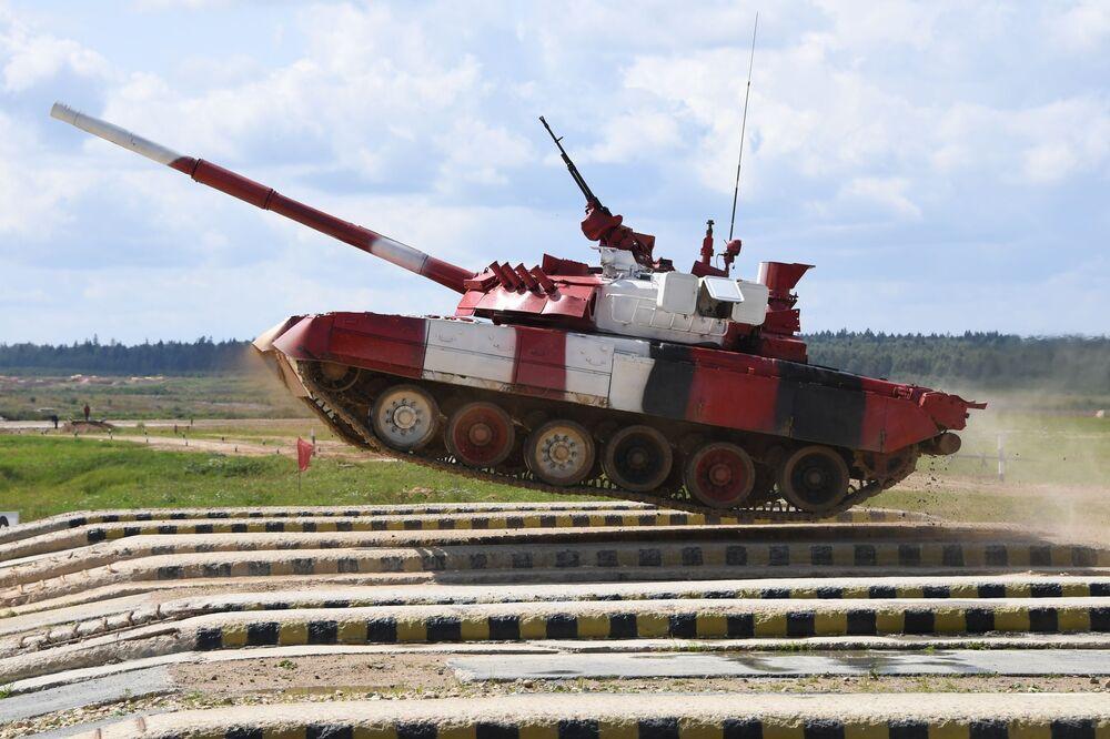 Tanque T-80 da equipe do Exército russo atravessando um obstáculo em uma competição individual entre equipas femininas no concurso Biatlo de Tanques, inserido nos V Jogos Internacionais do Exército 2019, no parque Patriot
