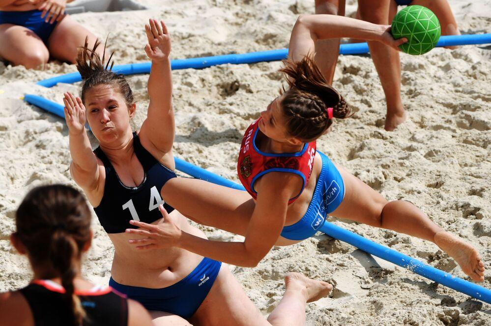 Jogadoras de equipes russas Volgograd-1 e Stalingrad no jogo da fase de grupos de handebol de praia