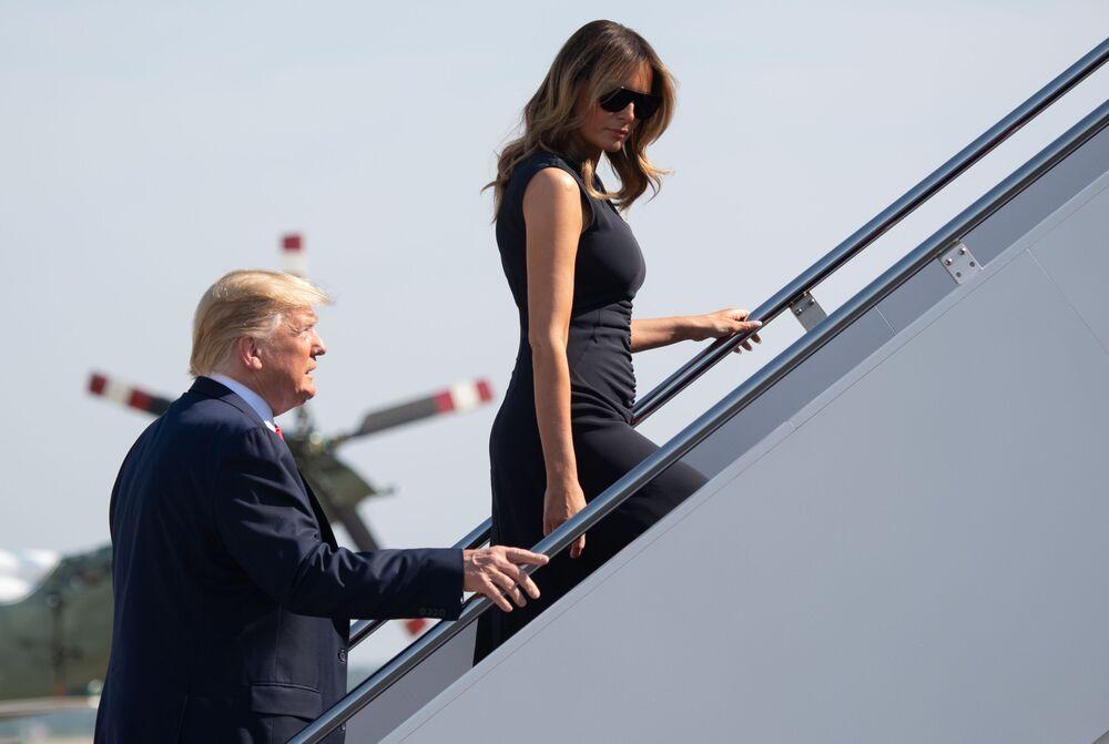 Presidente dos EUA Donald Trump e a primeira-dama Melania Trump sobem ao avião presidencial, no Texas