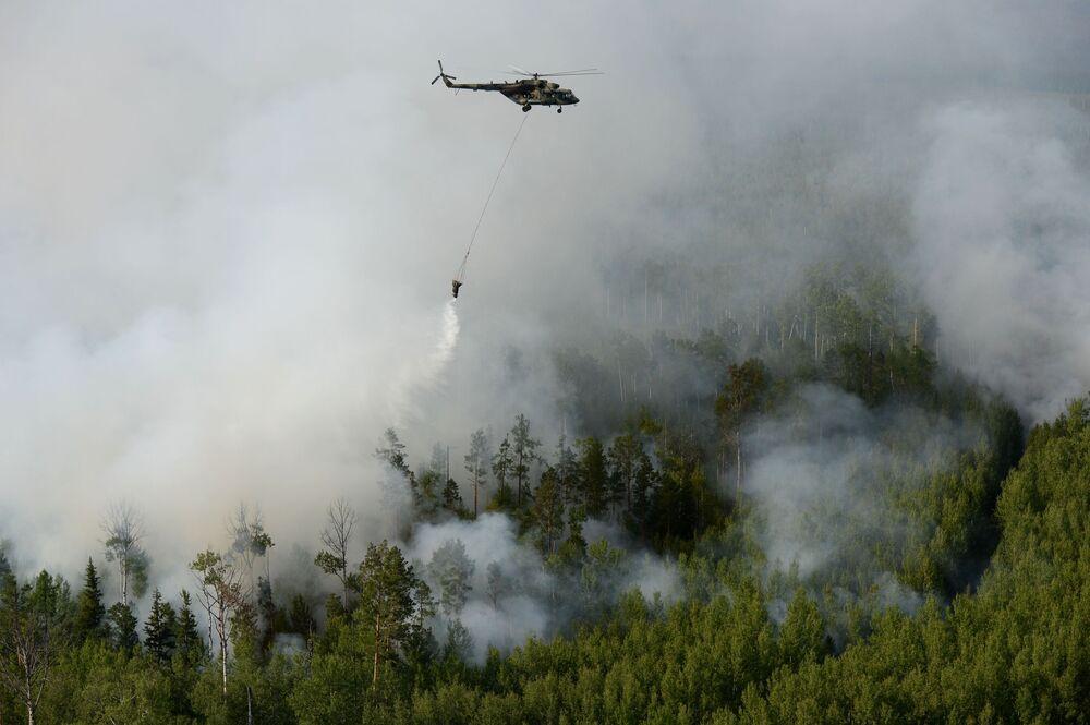 Helicóptero Mi-8 apagando fogos florestais na Sibéria