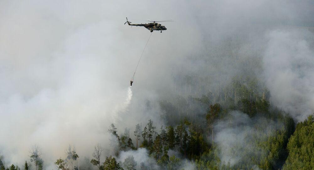 Helicóptero Mi-8 apagando incêndios florestais na Sibéria