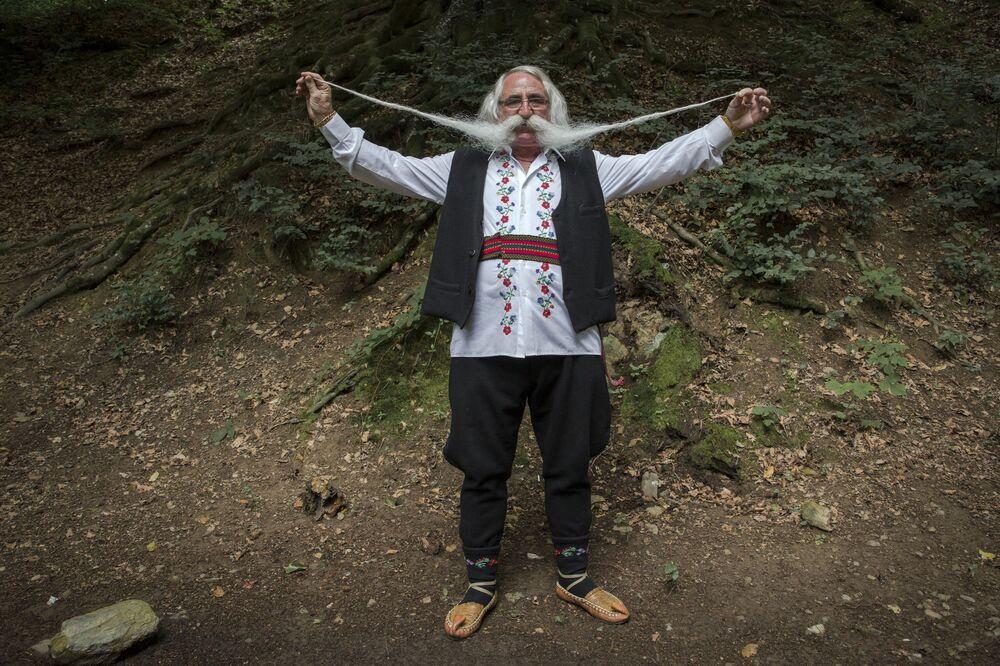 Zoran Lazarevic, de 70 anos, no concurso de bigodes mais compridos da Sérvia
