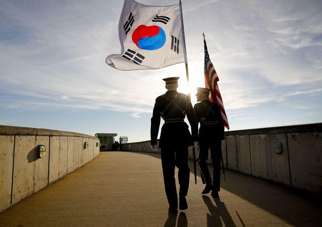 Guarda de Honra com bandeiras dos EUA e da Coreia do Sul