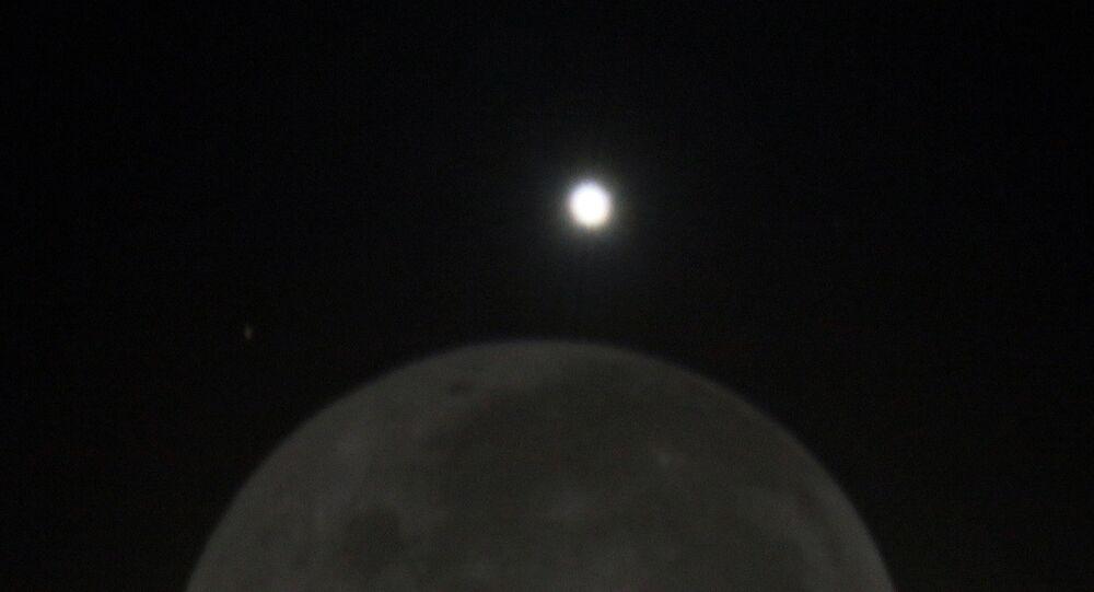 Alinhamento entre a Lua e Vênus
