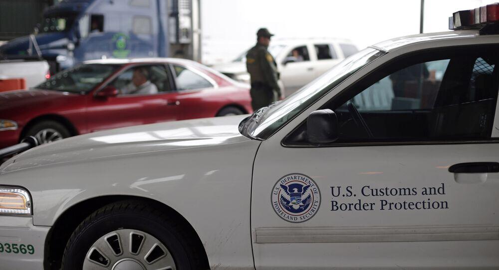 Veículo da agência de Alfândega e Proteção de Fronteiras dos Estados Unidos (CBP) estacionado em um posto de checagem
