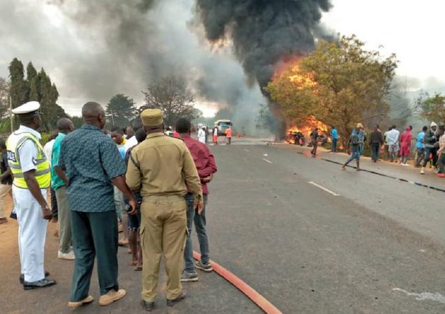 Explosão de caminhão-cisterna numa estrada, a 200 km da cidade de Dar-es-Salaam