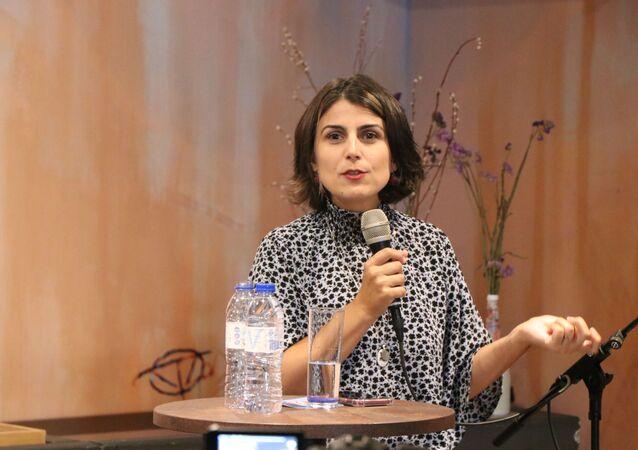 Manuela d'Ávila falando em um debate sobre o cenário político brasileiro em Lisboa