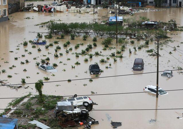 Carros parcialmente submersos após passagem do tufão Lekima na província de Zhejiang