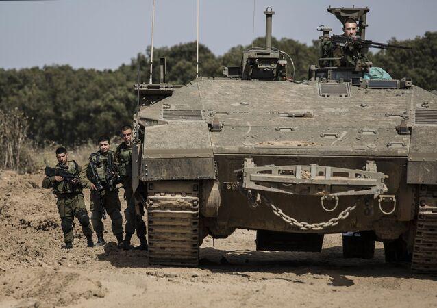 Soldados israelenses do lado de tanque na faixa de Gaza em 4 de maio de 2016