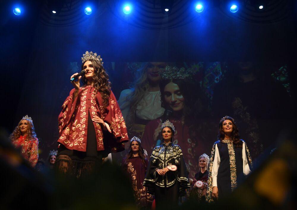 Candidatas apresentam trajes tradicionais de toda a Rússia