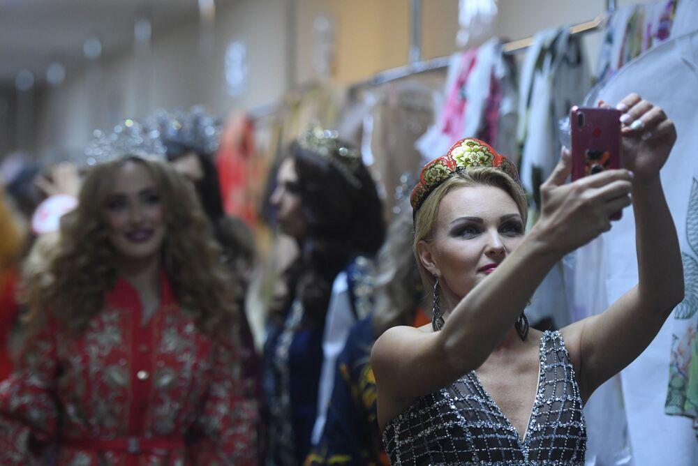 Participantes tiram selfie durante as preparações