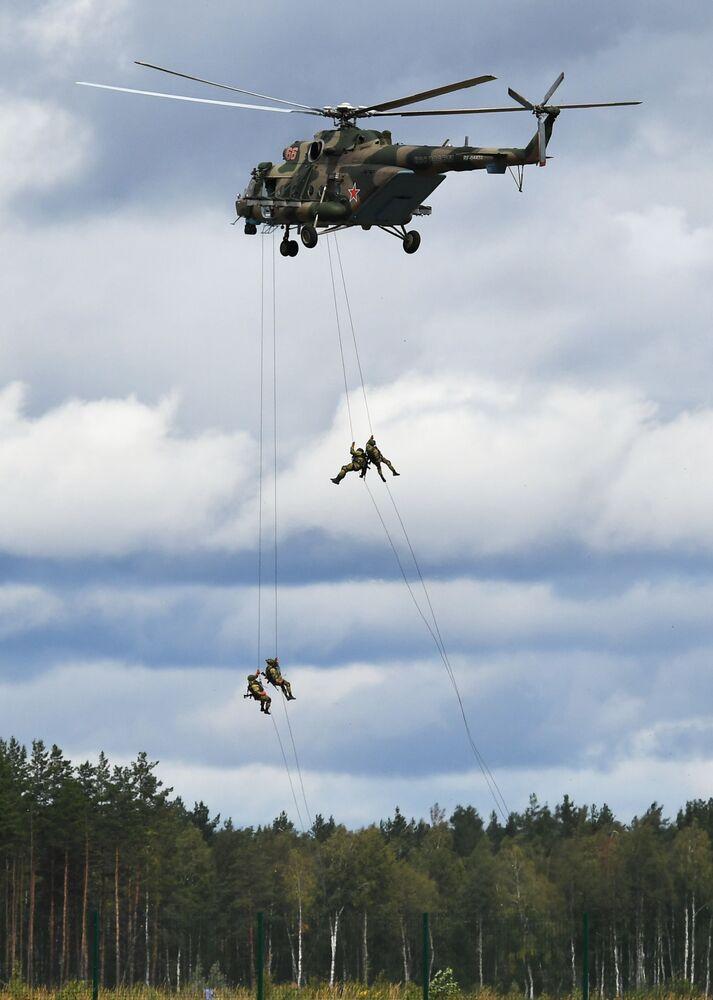 Helicóptero Mi-8 se apresenta no concurso militar Aviadarts 2019