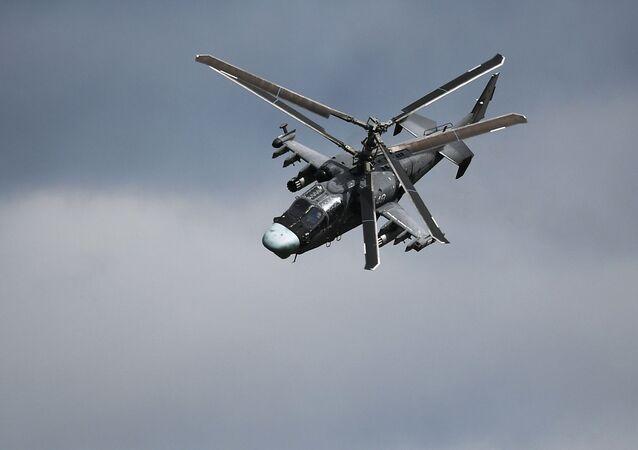 Helicóptero Ka-52 Alligator realizando manobras no Aviadarts 2019