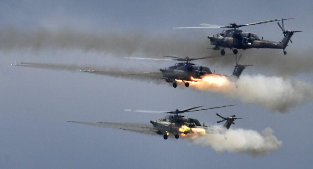Helicópteros Mi-28N Caçador Noturno disparam durante o Aviadarts 2019