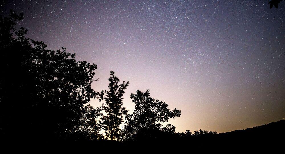 Céu noturno na região russa de Krasnodar durante a chuva de meteoros Perseidas (foto de arquivo)