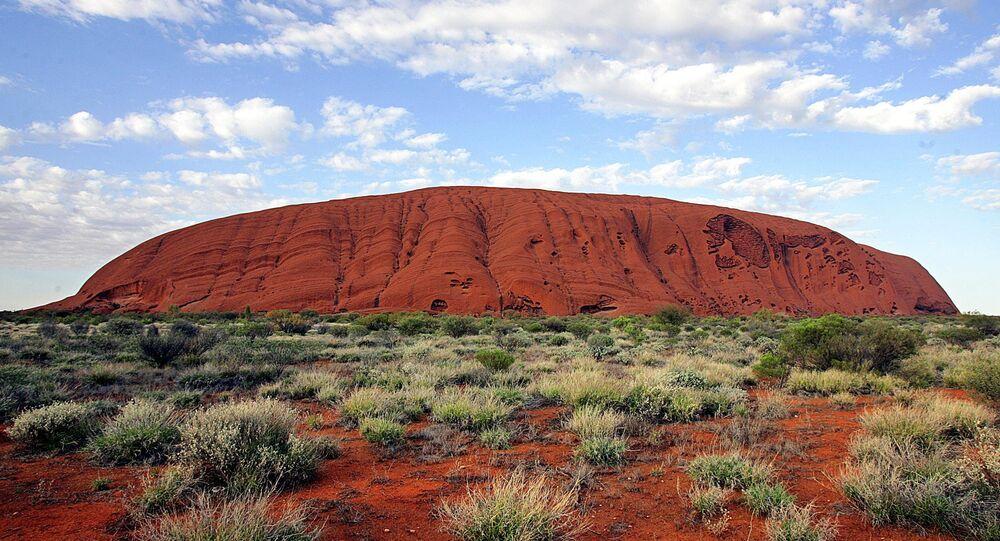Uluru (Ayers Rock) monólito situado no norte da área central da Austrália