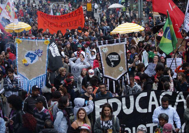 Manifestantes tomam as ruas em São Paulo em defesa da educação e contra a reforma da previdência. Terça-feira, 13 de agosto de 2019.
