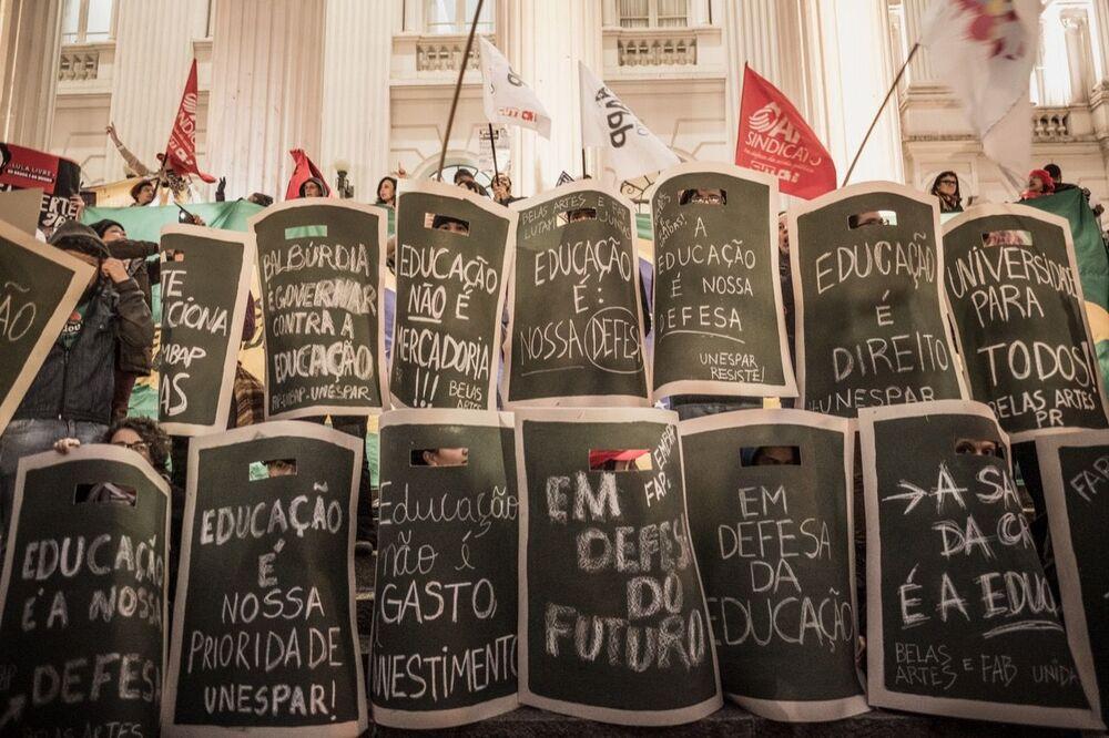 Estudantes e trabalhadores protestam em Curitiba contra a reforma da previdência e os cortes na educação