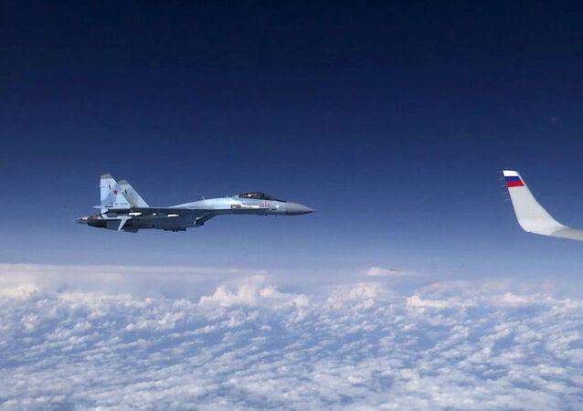 Caça Su-27 acompanhando a aeronave do ministro da Defesa russo