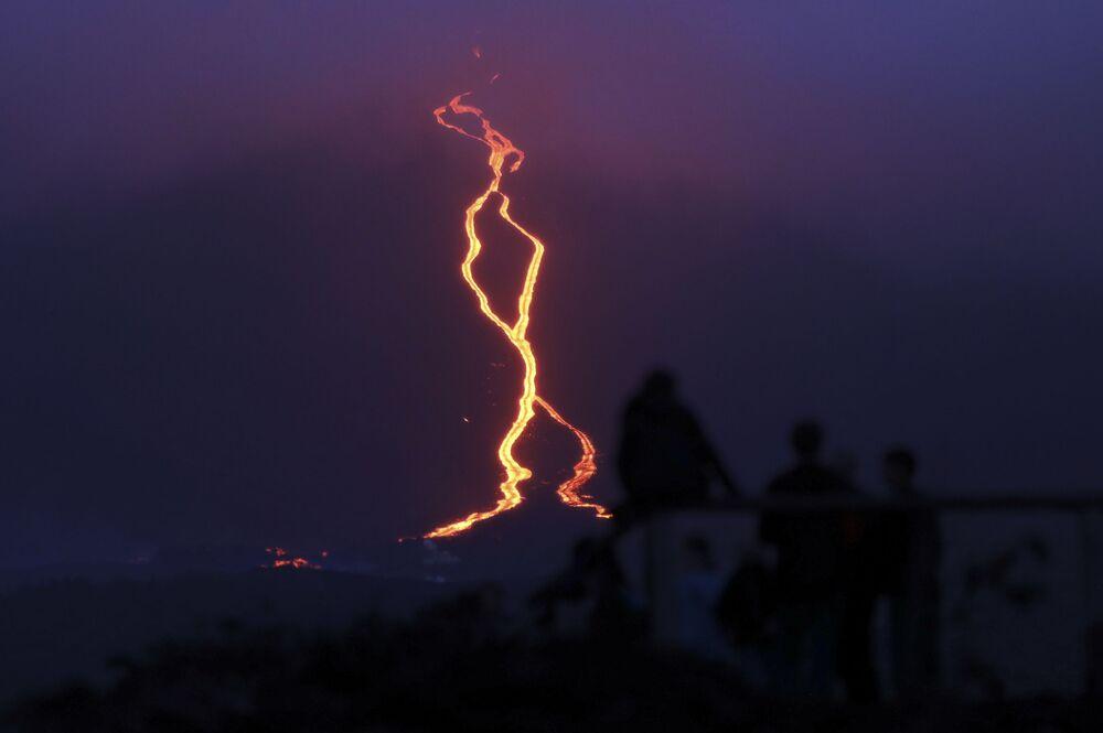 Pessoas observam a lava saindo do vulcão Piton de la Fournaise na parte oriental da ilha de Reunião, no oceano Índico, 13 de agosto de 2019