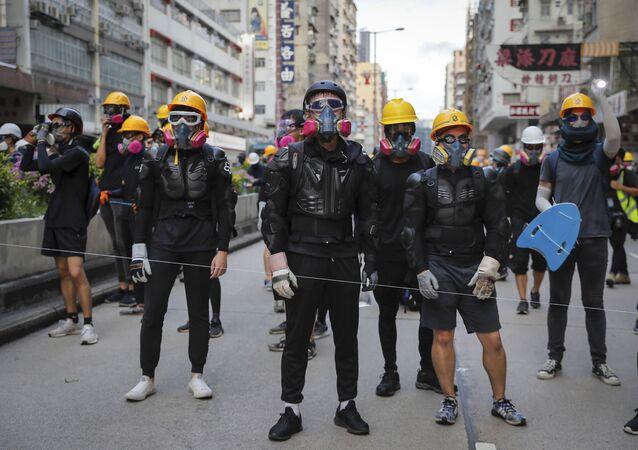 Manifestantes com máscaras de gás em Hong Kong