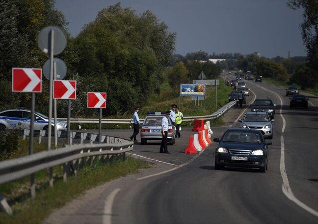 Policias e guardas de trânsito perto do lugar do acidente