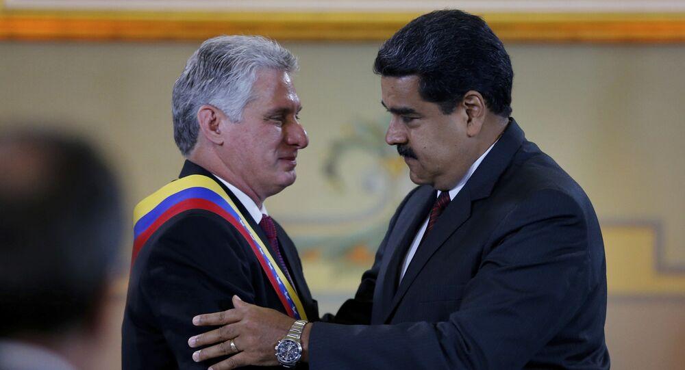 Presidente  cubano Miguel Dias-Canel, esquerda, e seu homólogo venezuelano Nicolás Maduro