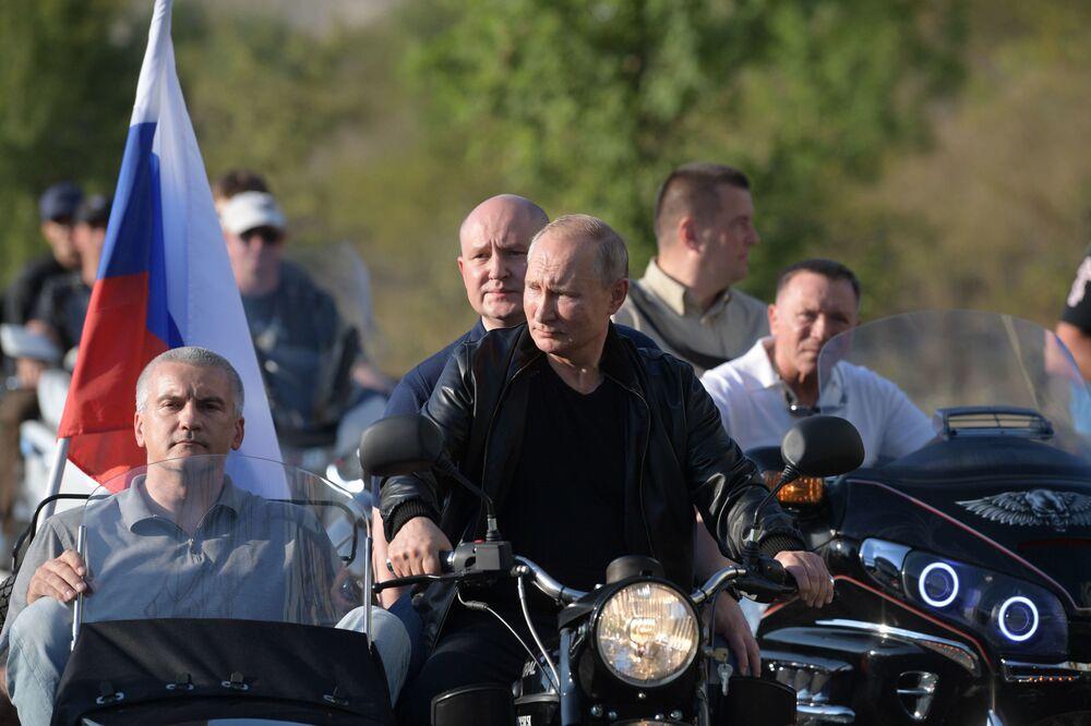 Presidente da Rússia Vladimir Putin no show de motos Sombra da Babilônia, organizado pelo clube Lobos Noturnos em Sevastopol, Crimeia