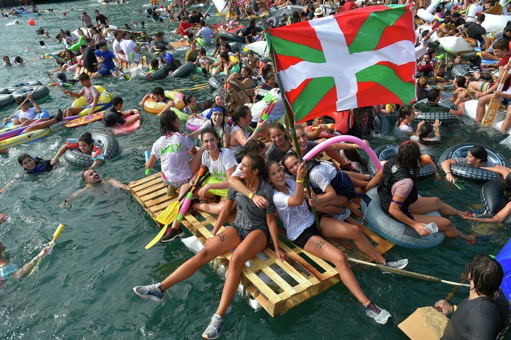 Participantes do festival Pirata Abordaia na cidade de San Sebastián, Espanha