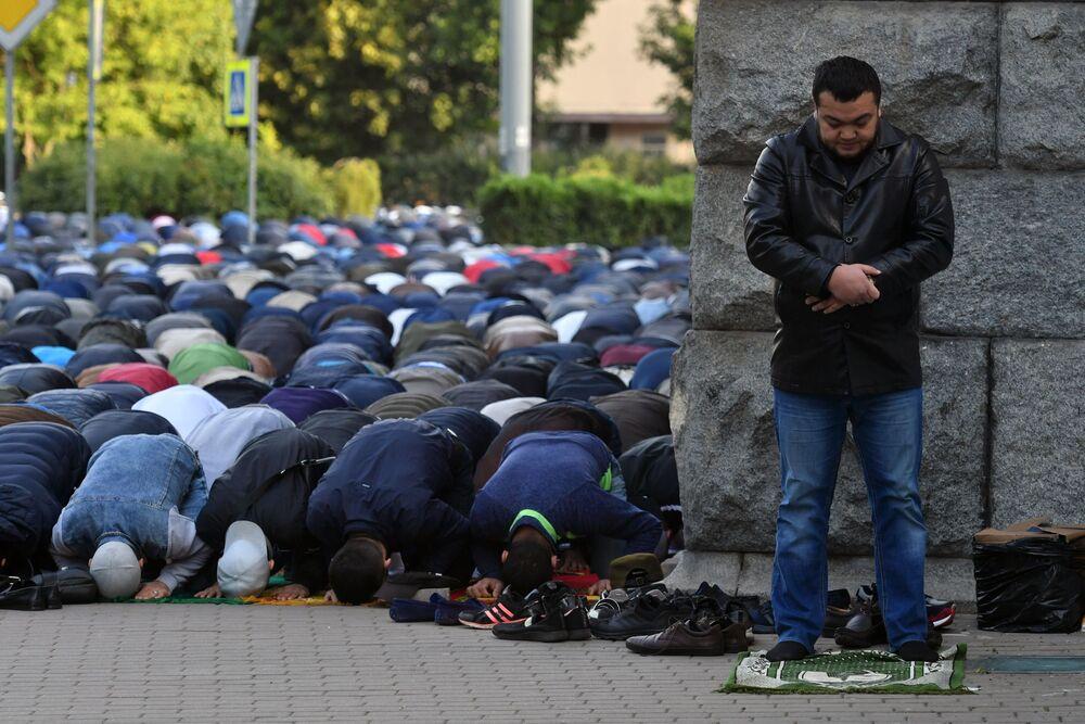 Crentes em serviço religioso no decorrer do festival muçulmano da Festa do Sacrifício, em São Petersburgo