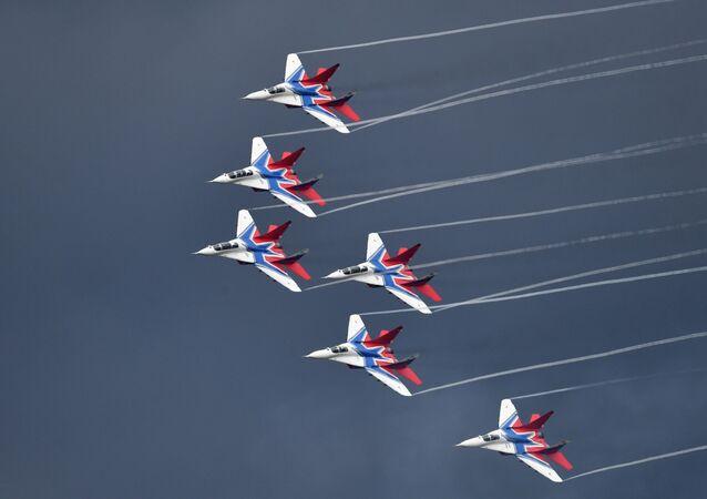 Aviões MiG-29 da esquadrilha acrobática Strizhi no concurso Aviadarts