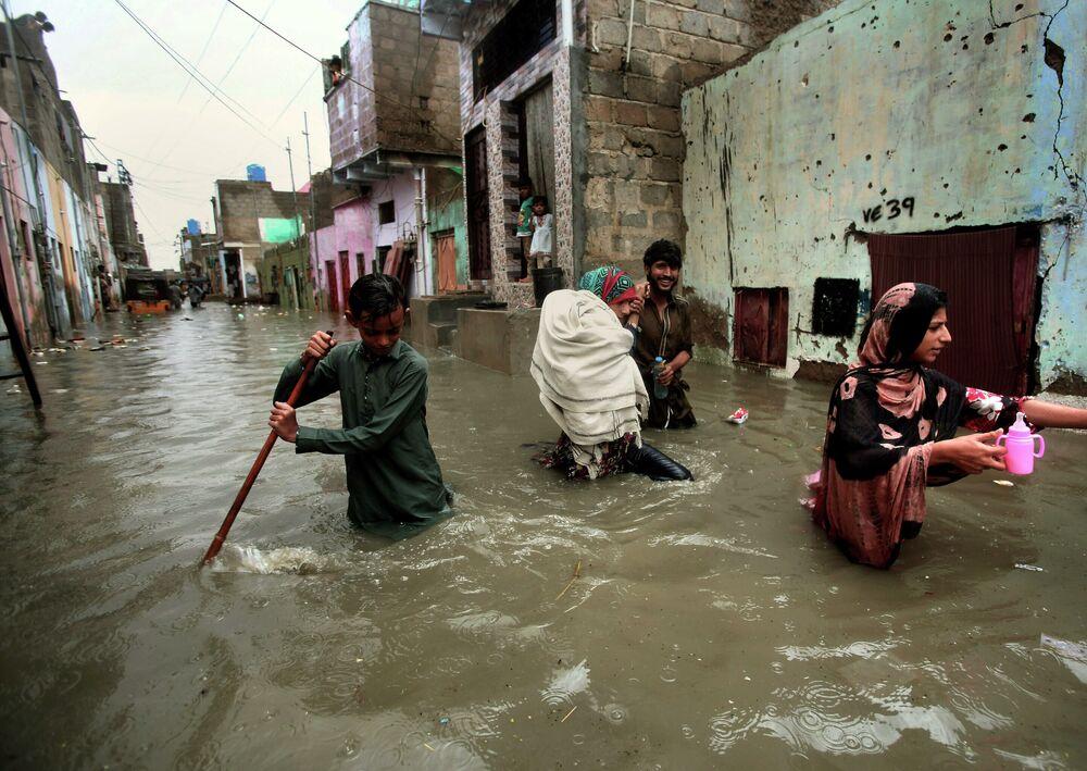Rua da cidade de Karachi, no Paquistão, submersa após as chuvas de monção