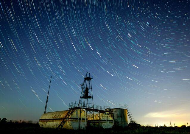 Céu noturno durante a chuva de meteoros Perseidas na região de Krasnodar, sul da Rússia