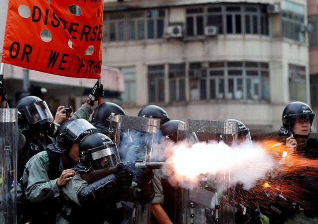 Polícia de Hong Kong usando gás lacrimogênio contra manifestantes