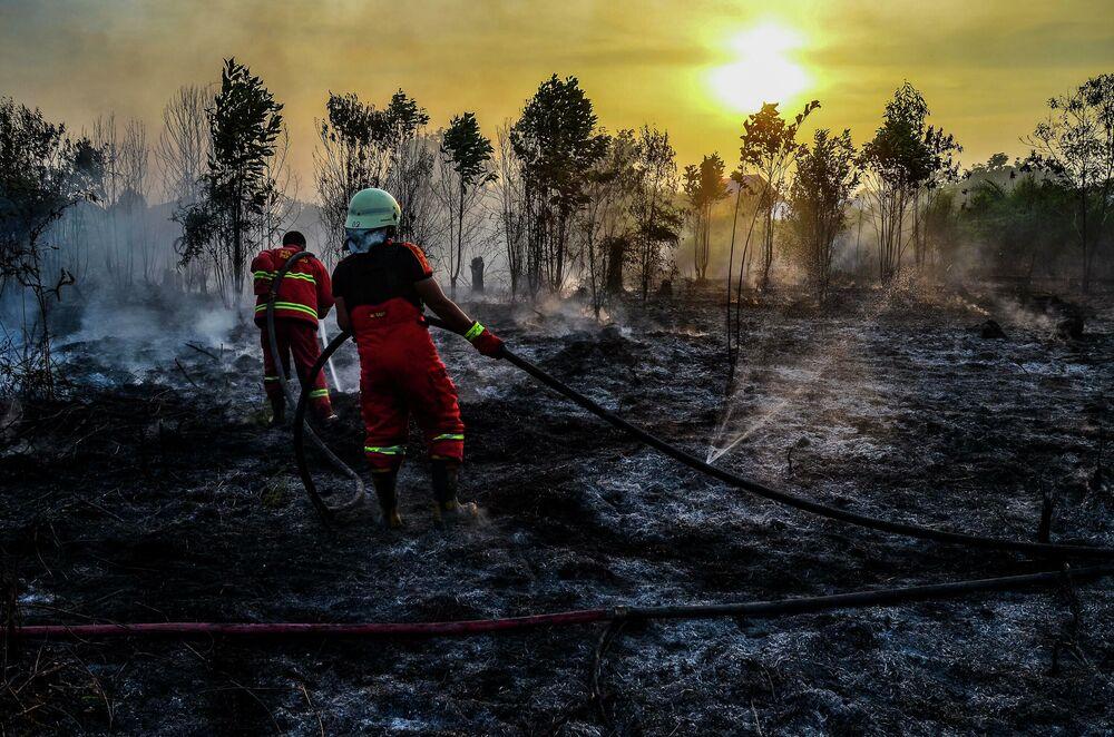 Bombeiros apagando incêndios em Sumatra, Indonésia