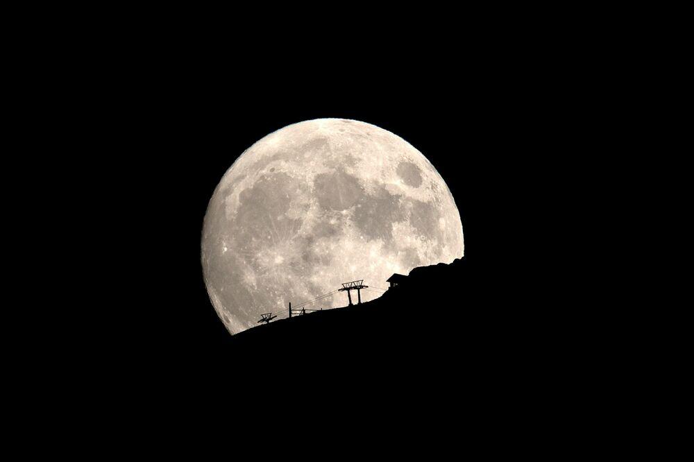 Subida mecânica em meio à Lua cheia perto da cordilheira de Aroania, na Grécia