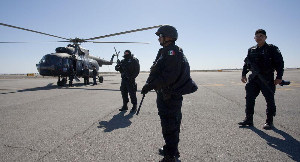 Policiais mexicanos em frente a um helicóptero Mi-8 de fabricação russa antes de uma patrulha sobre Ciudad Juarez, no México, em 8 de abril de 2010.