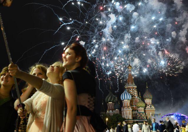 Graduados durante os fogos de artifício na Praça Vermelha em Moscou.