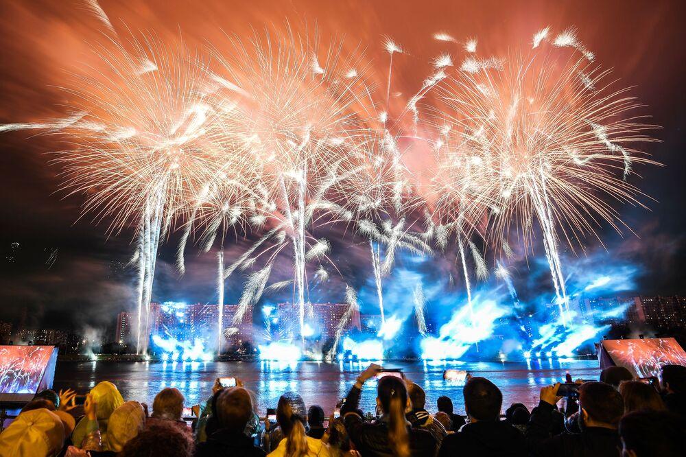 Pessoas fazem vídeos dos espectáculos pirotécnicos durante o Festival Internacional de Fogos de Artifício Rostec em Moscou, 17 de agosto de 2019