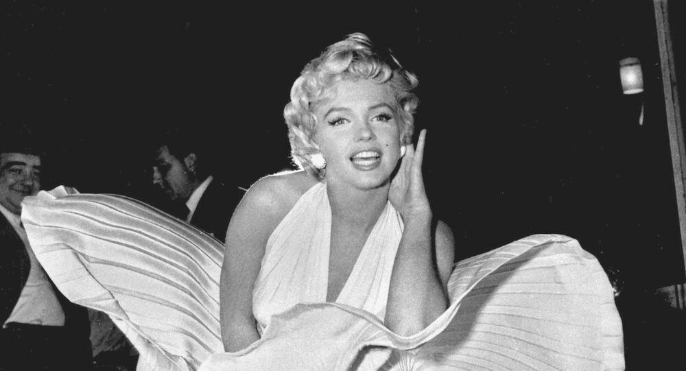 """Marilyn Monroe posa em cima de grelha de ventilação, enquanto personagem nas filmagens de """"O Pecado Mora ao Lado"""", em Manhattan, Nova Iorque, em 15 de setembro de 1954"""