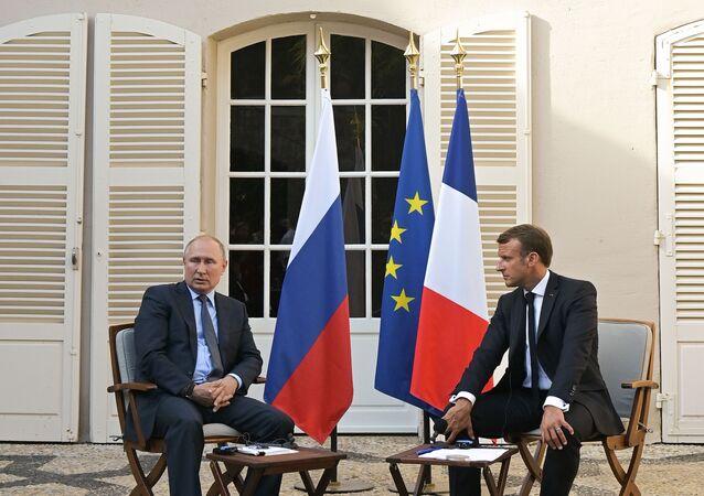 Presidente russo, Vladimir Putin, se reúne com o presidente francês, Emmanuel Macron, em 19 de agosto de 2019.