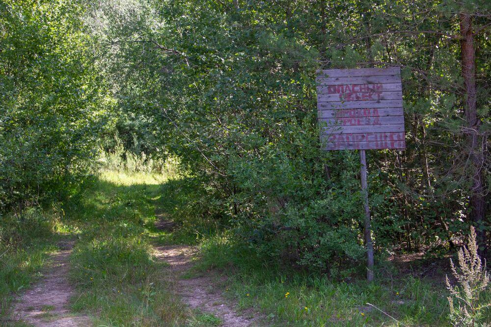 Placa com a inscrição Local perigoso na antiga base de Dvina, na Bielorrússia