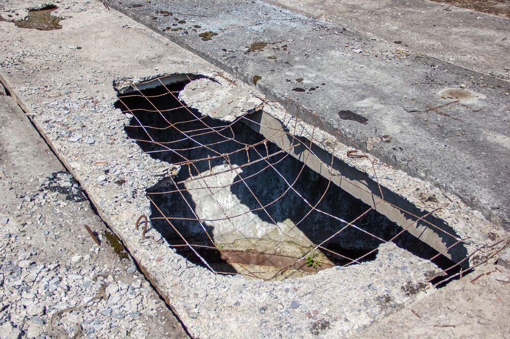 Buracos nas lajes que cobrem os silos da antiga base secreta soviética de Dvina, na Bielorrússia
